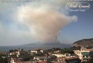 Esplode il Vesuvio? Per fortuna no, è un grave incendio estivo, ma …