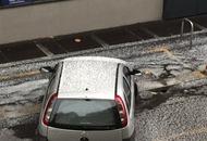 Milano, tuoni e fulmini con super grandinata in città. Paesaggio imbiancato