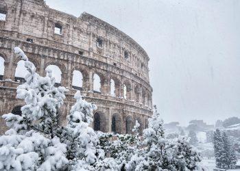 Gli effetti di una goccia d'aria fredda retrograda sull'Italia. Foto di repertorio: Roma, il Colosseo innevato.